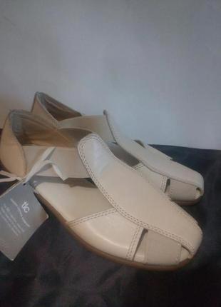 Кожаные босоножки на низком каблуке 36-36,5 антистресс