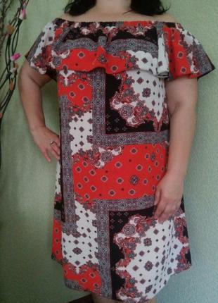 Яркое летнее платье с открытыми плечами