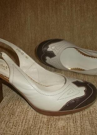 Кожаные туфли на устойчивом каблуке с открытой пяточкой стельк...