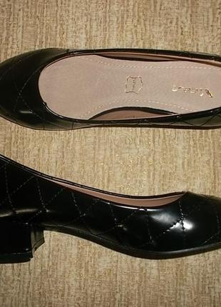 Черные туфли на невысоком каблуке кожаная стелька 23,2 см.