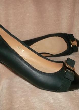 Туфли на низком ходу с лаковым носочном кожаная стелька