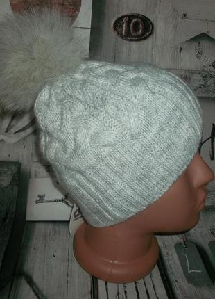 Женская вязаная шапка с песцом