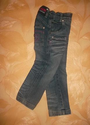 Узкие джинсы на девочку ростом 98-104 см.