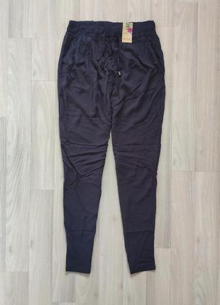 Повседневные тонкие брюки с карманами