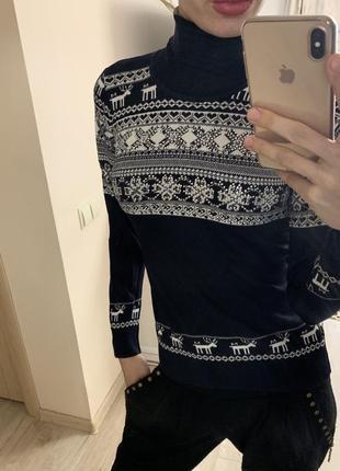 Тёплый,красивый,зимний свитер под горло с оленями и снежинками...