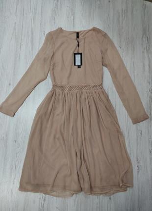 Нюдовое платье с рукавами и декоративным поясом