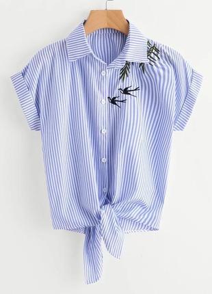 Белая голубая короткая рубашка блуза в полоску с вышивкой прин...
