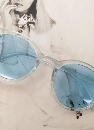 Стильные  солнцезащитные очки  в цветной оправе  голубой