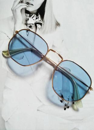 Солнцезащитные геометрические очки  с цветной линзой голубой в...