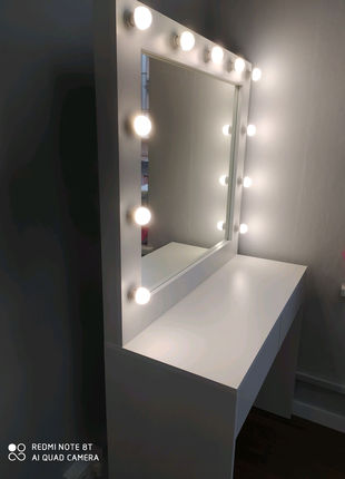 Стіл візажиста з дзеркалом