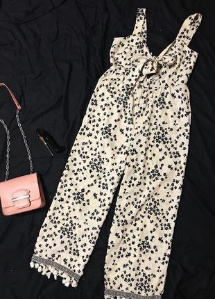 Крутой стильный комбинезон брюками в цветочный принт с кисточками