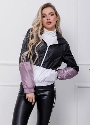 Комбинированная женская куртка-ветровка выполнена из тонкой пл...
