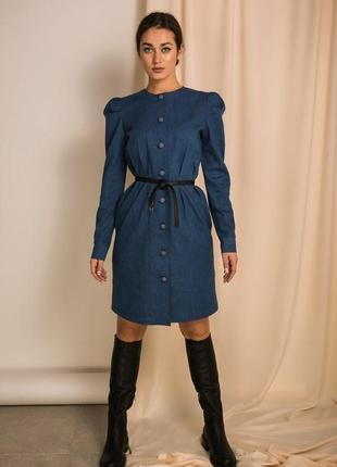 Плотное джинсовое платье с крупными пуговицами
