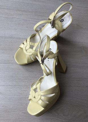 Новые лаковые желтые лимонные босоножки на каблуке каблуках пл...