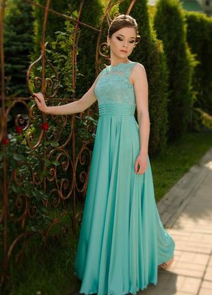 Красивое вечернее платье.