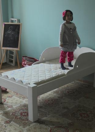 Детская белая деревянная кроватка с дельфинами и волной