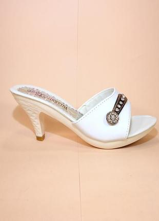 Шлепанцы женские летние белые на каблуке. размер 35-39.