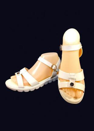 Босоножки сандалии женские, белые, лак, пенка.