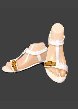 Босоножки сандалии женские, белые, лак, на резинке.