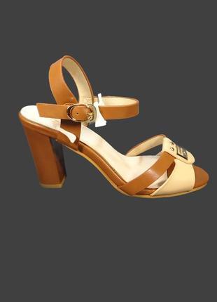Женские босоножки на толстом высоком каблуке.