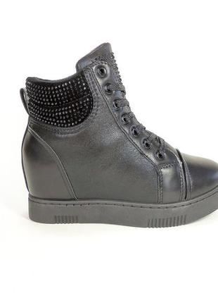 Стильные демисезонные ботинки-сникерсы на шнуровке и скрытой т...