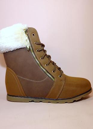Ботинки зимние женские с меховой опушкой на скрытой танкетке. ...