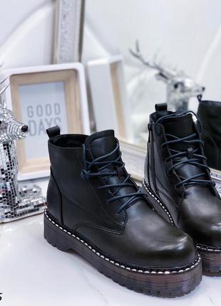 Зимние ботинки на грубой подошве и шнуровке.