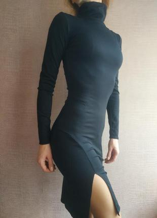 Черное трикотажное платье обтягивающее с разрезом по ноге