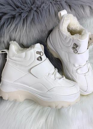Белые зимние ботинки на липучке