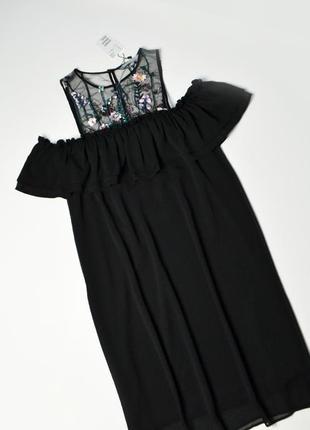 Красивое черное платье с открытыми плечами и вышивкой цветы