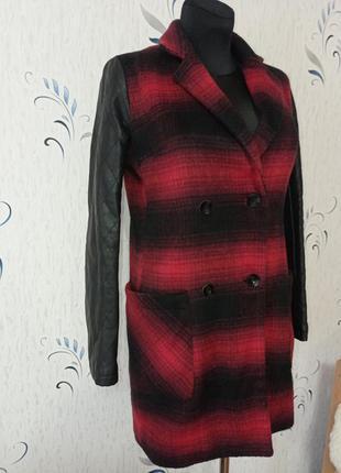 Шерстяное пальто с кожаными рукавами. состояние идеальное.