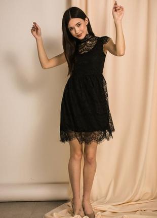 Нарядное маленькое черное платье с кружевом