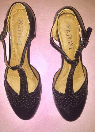 Чёрные лакированные туфли на низком каблуке с перфорацией ajvani