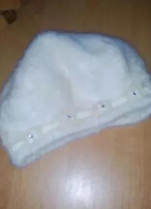 Женская шапка берет белый.