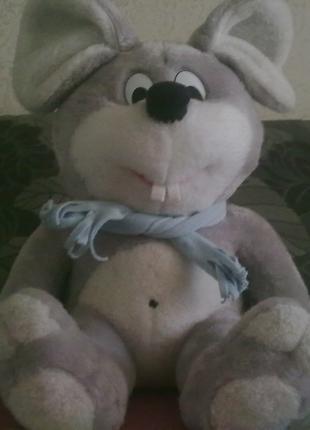Большая мягкая игрушка - символ приходящего года Веселая мышь