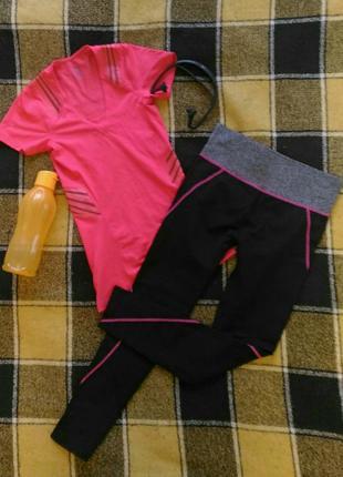 Яркая розовая спортивная футболка от reebok с поддержкой спины
