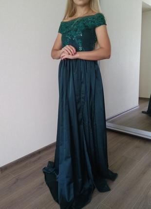 Красивое платье длинное в пол с разрезом голве плечи цвета в а...
