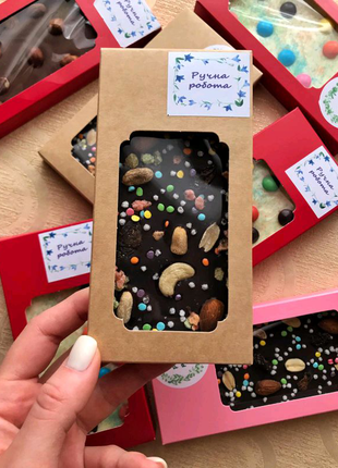 Плитки шоколад, конфеты в коробках