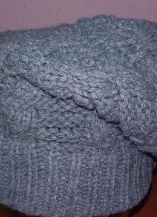 Серая зимняя вязаная шапка с защипом
