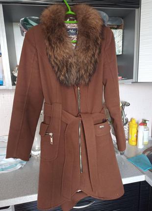 Пальто зимнее с мехом енота кашемировое пальто