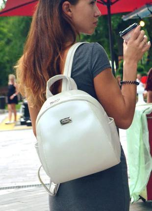 Модный женская рюкзак.