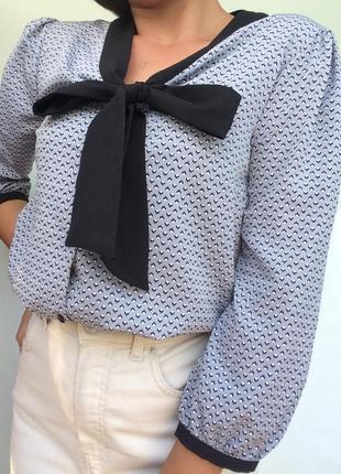 Красивая блузка tu серого цвета/интересный принт/бант