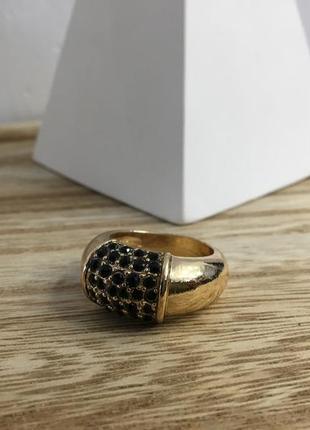 Золотое кольцо с черными камнями