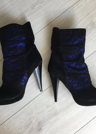 Чобітки, ботинки.