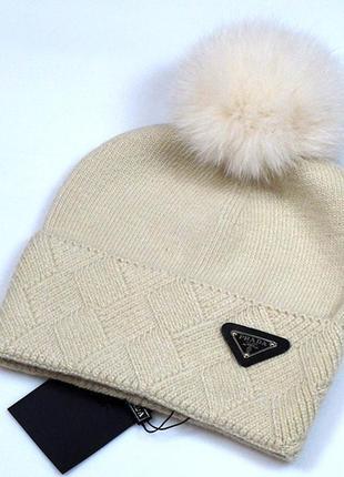 Бежевая женская зимняя шапка.