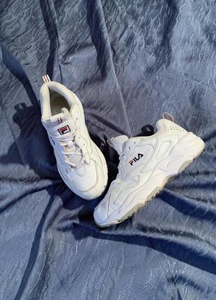 Красивые белые кроссовки фила
