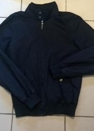 Демисезонная куртка темно синего цвета.
