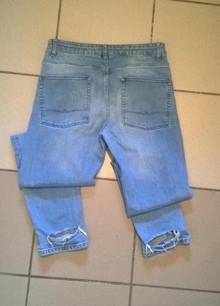 Мужские рваные джинсы.