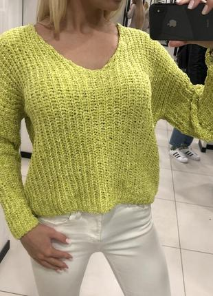Яркий плюшевый свитер свитерок с вырезом джемпер. mohito.