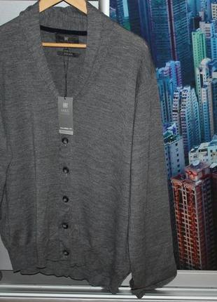 Фирменный свитер  50% шерсть мериноса